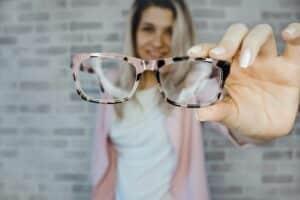 Streifen und Schlieren adé: Wer seiner Brille hin und wieder eine umfassende Reinigungskur bieten möchte, kann seine Sehhilfe etwa alle sechs Monate in einem Ultraschallbad reinigen lassen