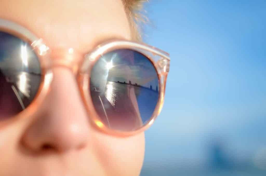Grauer Star: Neue Erkenntnisse zur OP-Nachsorge Dreifach geschütztes Auge: Brillengläser mit UV-, Blaulicht- und Infrarotschutz vermindern ernste Folgeschäden nach der Kataraktoperation